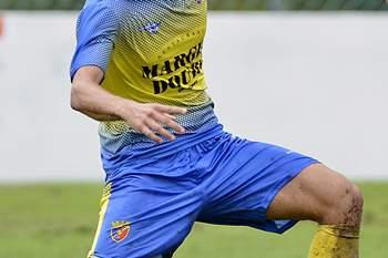 Tiago Graça (E) jogador do Gondomar Sport Clube disputa a bola com Luiz Phellype (C) do Estoril-Praia durante o jogo a contar para 3ª eliminatória da Taça de Portugal disputado no Estádio de São Miguel em Gondomar, 18 de outubro 2015. OCTÁVIO PASSOS/LUSA
