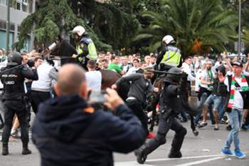 epa05590972 Spanish police clash with supporters of Legia Warsaw as they arrive to the Santiago Bernabeu stadium prior to the UEFA Champions League group stage soccer match between Real Madrid and Legia Warsaw at the Santiago Bernabeu stadium in Madrid, Spain, 18 October 2016. EPA/BARTLOMIEJ ZBOROWSKI POLAND OUT