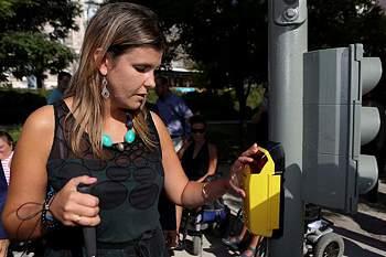 """A secretária de Estado da Inclusão das Pessoas com Deficiência, Ana Sofia Antunes utiliza um semáforo acessível durante a iniciativa """"Semáforos Acessíveis"""" onde se demonstrou as várias funcionalidades dos mesmos. Lisboa, 2 de setembro de 2016."""