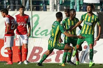 Káká do Tondela celebra um golo contra o Braga durante o jogo da Primeira Liga de Futebo entre Tondela e Braga disputado no Estádio João Cardoso, em Tondela, 21 de maio de 2017. PAULO NOVAIS/LUSA