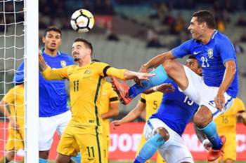 epa06026002 Brazil's Diego Souza (R) in action against Australia's Jamie MacLaren (2-L) during an international friendly soccer match between Australia and Brazil at the MCG in Melbourne, Australia, 13 June 2017.