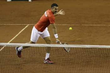 epa04852600 Serbia's Nenad Zimonjic (L) and Viktor Troicki return a ball to Argentina's Carlos Berlocq and Leonardo Mayer during a Davis Cup doubles tennis match between Argentina and Serbia at Technopolis stadium in Buenos Aires, Argentina, 18 July 2015.