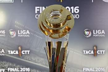 A Taça da Liga, que será entregue ao vencedor do jogo da final entre Benfica e Marítimo, na próxima sexta-feira, no Estádio Cidade de Coimbra, 17 de maio de 2016. PAULO NOVAIS/LUSA