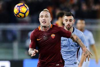epa05732232 Roma's Radja Nainggolan in action during the Italy Cup round of sixteen soccer match AS Roma vs UC Sampdoria at the Olimpico stadium in Rome, Italy, 19 January 2017.