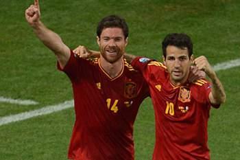 Xabi Alonso festeja vitória espanhola no Euro 2012