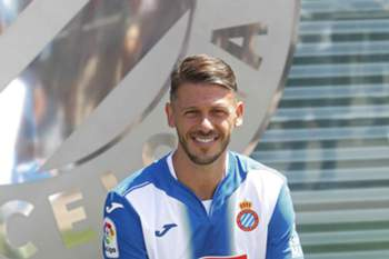 epa05473457 Argentinian defender Martin Demichelis poses for photographs during his presentation as new player for Spanish team RCD Espanyol, in Cornella, Barcelona, northeastern Spain, 11 August 2016. The player from Manchester City signed one season contract with the Primera Division team.