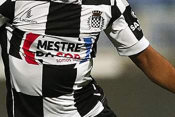 O jogador do Belenenses, Pinto (E), disputa a bola com Carvalho (D) , jogador do Boavista, durante o jogo da Primeira Liga de Futebol disputado no estádio do Restelo, Lisboa, 19 de agosto de 2016. MÁRIO CRUZ/LUSA