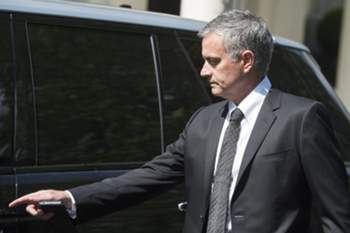 epa05330485 Portuguese soccer coach Jose Mourinho leaves his home in Central London, Britain, 26 May 2016. Media reports suggest that Jose Mourinho will take over from Louis Van Gaal as manager of Manchester United. It is expected that a formal announcement will be made this week. EPA/WILL OLIVER