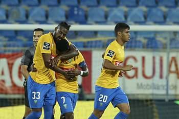 d3c94cb7bc438d634979cd2a722b1b8e9d6e8cef.jpg • Os jogadores do Estoril-Praia, celebram a marcação de um golo contra o Desportivo de Chaves, durante o jogo da Primeira Liga de Futebol, disputado no campo António Coimbra da Mota, no Estoril, 08 de maio de 2017. ANTÓNIO COTRIM/LUSA • ANTÓNIO COTRIM/LUSA