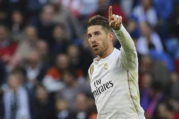 epa04710820 Real Madrid's defender Sergio Ramos celebrates after scoring a goal during the Spanish Primera Division match between Real Madrid and Malaga at Santiago Bernabeu stadium, in Madrid, Spain 18 April 2015. EPA/Ballesteros