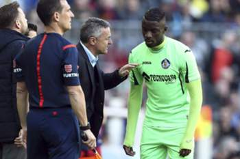 Getafe's Spanish coach Fran Escriba (C), gives instructions to his player, French Karim Yoda, during their Spanish Primera Division soccer match played against FC Barcelona at Camp Nou stadium in Barcelona, northeastern Spain, 12 March 2016.