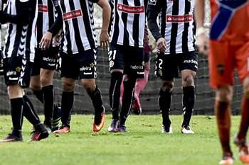 Os jogadores do Nacional da Madeira festejam um golo contra o Estarreja durante o jogo da terceira eliminatória da Taça de Portugal, disputado no Estádio Municipal Dr Tavares da Silva, em Estarreja, 16 de Outubro de 2016. NUNO ANDRE FERREIRA/LUSA