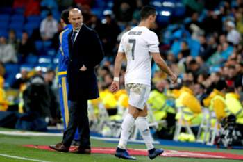 epa05269580 Real Madrid's French coach Zinedine Zidane (L) watches Real Madrid's Portuguese Cristiano Ronaldo (R) at the end of the Spanish Liga Primera Division soccer match against Villarreal played at the Santiago Bernabeu stadium in Madrid, Spain, 20 April 2016. EPA/JuanJo Martín