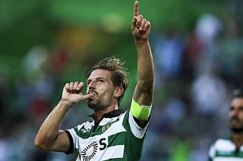 Adrien Silva celebra o segundo golo do Sporting frente ao Wolfsburgo.