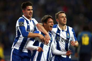 epa05719615 FC Porto's Oliver Torres (C) celebrates with his teammates Andre Silva (L) and Diogo Jota (R) after scoring the 1-0 lead during the Portuguese First League soccer match between FC Porto and FC Moreirense at Dragao stadium in Porto, Portugal, 15 January 2017. EPA/ESTELA SILVA