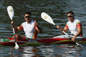 epa05492621 Emanuel Silva (L) and Joao Ribeiro of Portugal in action during the Rio 2016 Olympic Games Men's Kayak Double 1000m heats at the Lagoa Rodrigo de Freitas in Rio de Janeiro, Brazil, 17 August 2016. EPA/JOSE MENDEZ