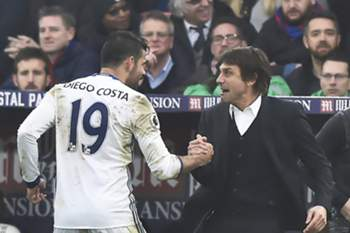 epa05679491 Chelsea's Diego Costa (L) celebrates with manager Antonio Conte (R) after scoring the 1-0 lead during the English Premier League soccer match between Crystal Palace and Chelsea FC at the Selhurst Park Stadium in London, Britain, 17 December 2016. EPA/HANNAH MCKAY EDITORIAL USE ONLY. No use with unauthorized audio, video, data, fixture lists, club/league logos or 'live' services. Online in-match use limited to 75 images, no video emulation. No use in betting, games or single club/league/player publications.
