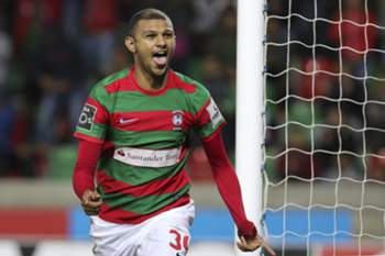 epa05739631 Maritimo's player Raul Silva celebrates after scoring the second goal against Sporting during their Portuguese First League soccer match held at Barreiros Stadium in Funchal, Madeira Island, Portugal, 21 January 2017.