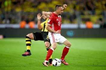 epa05484543 Dortmunds Felix Passlack (L) and Munichs Franck Ribery in action during the German DFL Super Cup match between Borussia Dortmund and Bayern Munich in Dortmund, Germany, 14 August 2016. EPA/JONAS GUETTLER (EMBARGO CONDITIONS - ATTENTION: Due to the accreditation guidlines, the DFL only permits the publication and utilisation of up to 15 pictures per match on the internet and in online media during the match.)