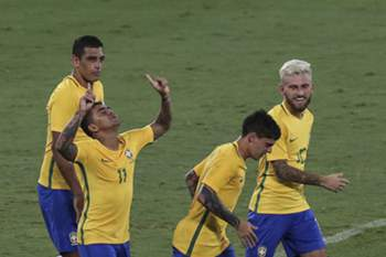 epa05750619 Brazil's Dudu (2-L) celebrates after scoring against Colombia during a firendly match between Brazil and Colombia to honor the Brazilian soccer team Chapecoense, in Rio de Janeiro, Brazil, 25 January 2017. EPA/ANTONIO LACERDA