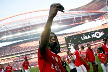 epa05308555 Benfica´s player Renato Sanches celebrates his team's victory in the Portuguese Soccer First League after defeating Nacional da Madeira at Luz stadium in Lisbon, Portugal, 15th May 2016.