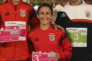 Os atletas do Sporting, Hermano Ferreira (1.º lugar masculino) (3-E), Rui Silva (2.º lugar masculino) (E) e Jéssica Augusto (2.º lugar feminino) (2-E), acompanhados pelos atletas do Sport Lisboa e Benfica, Dulce Félix (1.º lugar feminino) (3-D), João Pereira (3.º lugar masculino) (D), e Carla Salomé Rocha (3.º lugar feminino) (2-D), posam para a fotografia no final da corrida São Silvestre de Lisboa, na Avenida da Liberdade, em Lisboa, 26 de dezembro de 2015. MÁRIO CRUZ/LUSA