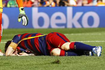 epa04950646 FC Barcelona's Argentinian striker Lionel Messi lies on the pitch after being injured during the Spanish Primera Division soccer match between FC Barcelona and UD Las Palmas at Camp Nou in Barcelona, Spain, 26 September 2015. EPA/QUIQUE GARCIA