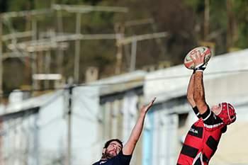 O jogador do Grupo Desportivo de Direito (GDD), Vasco Uva (D), disputa a bola com o jogador do VRAC Quesos Entrepinares, Blanco Alonso (E), durante o jogo a contar para a Taça Ibérica de Râguebi, disputado em Monsanto, Lisboa, 28 de dezembro de 2013.