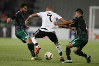 epa04959130 Besiktas' Gokhan Tore (C) fights for ball against Sporting Lisbon's Alberto Aquilani (L) and Jonathan Silva during the UEFA Europa League group H soccer match in Istanbul, Turkey 01 October 2015. EPA/TOLGA BOZOGLU
