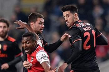 Pizzi e Zivkovic em ação frente a Rafael Assis.