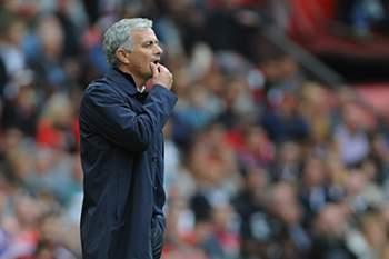 José Mourinho reage durante o dérbi de Manchester