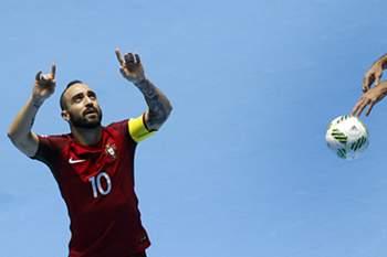 O jogador da seleção de Portugal Ricardinho festeja após marcar um golo contra a seleção da Costa Rica, durante o jogo da noite passada dos quartos de final do Mundial de Futsal, em Cali, Colômbia, 22 de setembro de 2016.