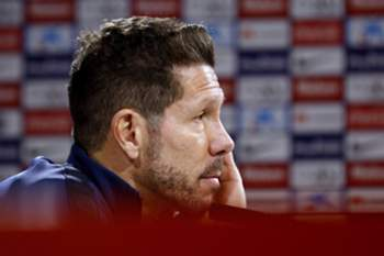 epa05104712 Head coach of Atletico Madrid, Diego Simeone, holds a press conference following a training session at the Cerro del Espino sports complex in Majadahonda, outside Madrid, Spain, 16 January 2016. Atletico Madrid will face UD Las Palmas in a Spanish Primera Division League soccer match on 17 January. EPA/Sergio Barrenechea