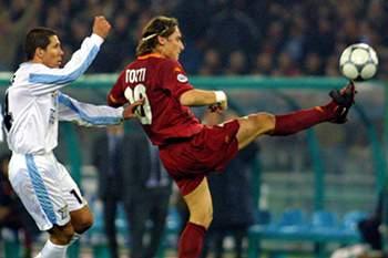 Totti disputa uma bola com Diego Simeone em 2000.