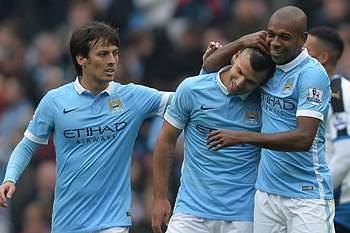 Sergio Aguero celebra o quinto golo pelo Manchester City juntamente com Fernandinho e David Silva