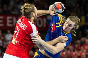 Lukas Nilsson disputa uma bola com Henrik Mollgaard Jensen no jogo entre Dinamarca e Suécia