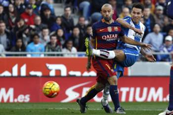 epa05086204 RCD Espanyol's Paraguayan Hernan Perez (R) fights for the ball with FC Barcelona's Javier Mascherano during the Spanish Primera Division soccer match between Espanyol Barcelona and FC Barcelona at Cornella-El Prat stadium in Barcelona, northeastern Spain, 02 January 2016. EPA/QUIQUE GARCIA