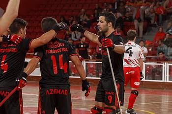 Jogadores de hóquei em patins do Benfica celebra um golo sobre os catalães do Club Pati Vic para a Liga Europeia.