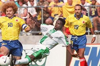 Diego Osorio em ação ao lado de Valderrama pela seleção da Colômbia.