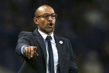 FC Porto's head coach Nuno Espiríto Santo reacts during the Portuguese First League soccer match with Arouca held at Dragao stadium in Porto, Portugal, 22 october 2016. ESTELA SILVA/LUSA