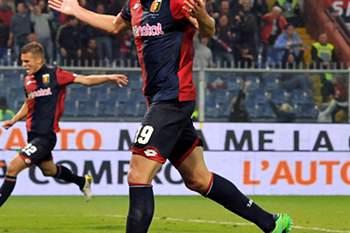 Leonardo Pavoletti celebra um golo pelo Génova.