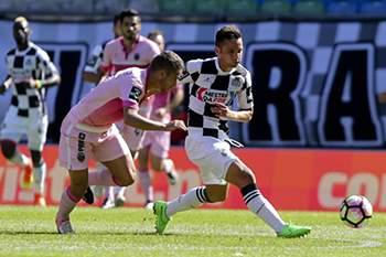 Schembri (D) do Boavista disputa a bola com Paulinho do Desportivo de Chaves durante o jogo da Primeira Liga de Futebol disputado no Estádio do Bessa, no Porto, 28 de agosto de 2016. PEDRO TRINDADE/LUSA