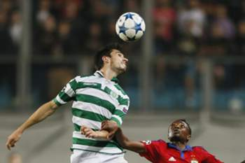 epa04899553 Paulo Oliveira (L) of Sporting in action against Ahmed Musa of CSKA Moscow during the UEFA Champions League play-off round second leg soccer match between CSKA Moscow and Sporting in Khimki, outside Moscow, Russia, 26 August 2015. EPA/YURI KOCHETKOV