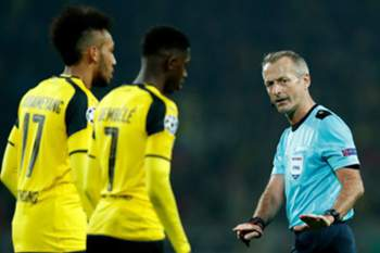 epa05837584 Referee Martin Atkinson (R) speaks to Dortmund's Pierre-Emerick Aubameyang (L) and Dortmund's Ousmane Dembele (C) during the UEFA Champions League Round of 16, second leg soccer match between Borussia Dortmund vs Benfica at the Signal Iduna Parl, Germany, 08 March 2017. EPA/FRIEDEMANN VOGEL