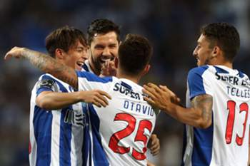 FC Porto's players Oliver Torres (L) and Otavio celebrate the scoring of a goal against Vitoria de Guimaraes during their Portuguese First League soccer match, at Dragao stadium, Porto, Portugal, 10 September 2016.