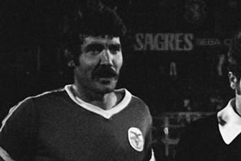 O jogador do Benfica, Toni, com a equipa de arbitragem e Laranjeira (capitao do Sporting) antes do jogo entre o Benfica e o Sporting, em Lisboa a 3 de Setembro de 1977.