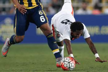 epa04864193 Fenerbahce's Souza (L) in action against Shakhtar Donetsk's Fred during the UEFA Champions League third qualifying round match between Fenerbahce and Shakhtar Donetsk at Sukru Saracoglu Stadium in Istanbul, Turkey, 28 July 2015.