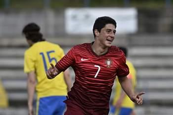 Tiago Gouveia celebra um golo por Portugal na vitória sobre a Suécia por 2-1.
