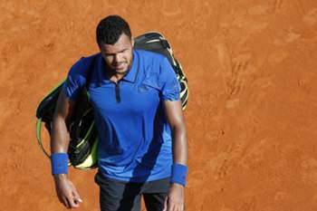epa05262178 Jo Wilfried Tsonga of France leaves the court after losing to Gael Monfils of France after their semi final match at the Monte-Carlo Rolex Masters tournament in Roquebrune Cap Martin, France, 16 April 2016. EPA/SEBASTIEN NOGIER