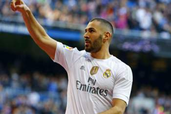epa05055573 Real Madrid's French striker Karim Benzema jubilates his goal against Getafe FC during their Primera Division soccer match played at Santiago Bernabeu stadium in Madrid, Spain on 05 December 2015. EPA/JP GANDUL